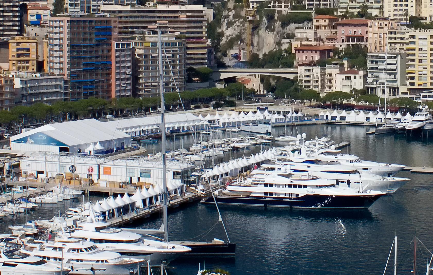 Парусная яхта в бухте Монте-Карло